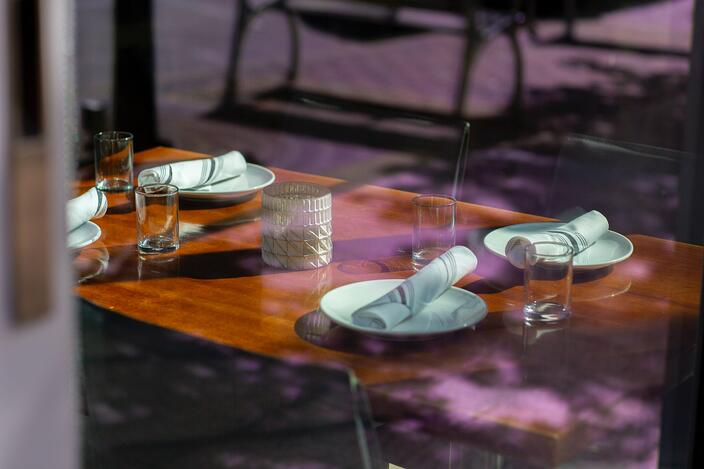 catering service provider set table
